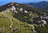 Pogled s Velikog Zavižana na vrh Vučjak i planinarski dom pod njim